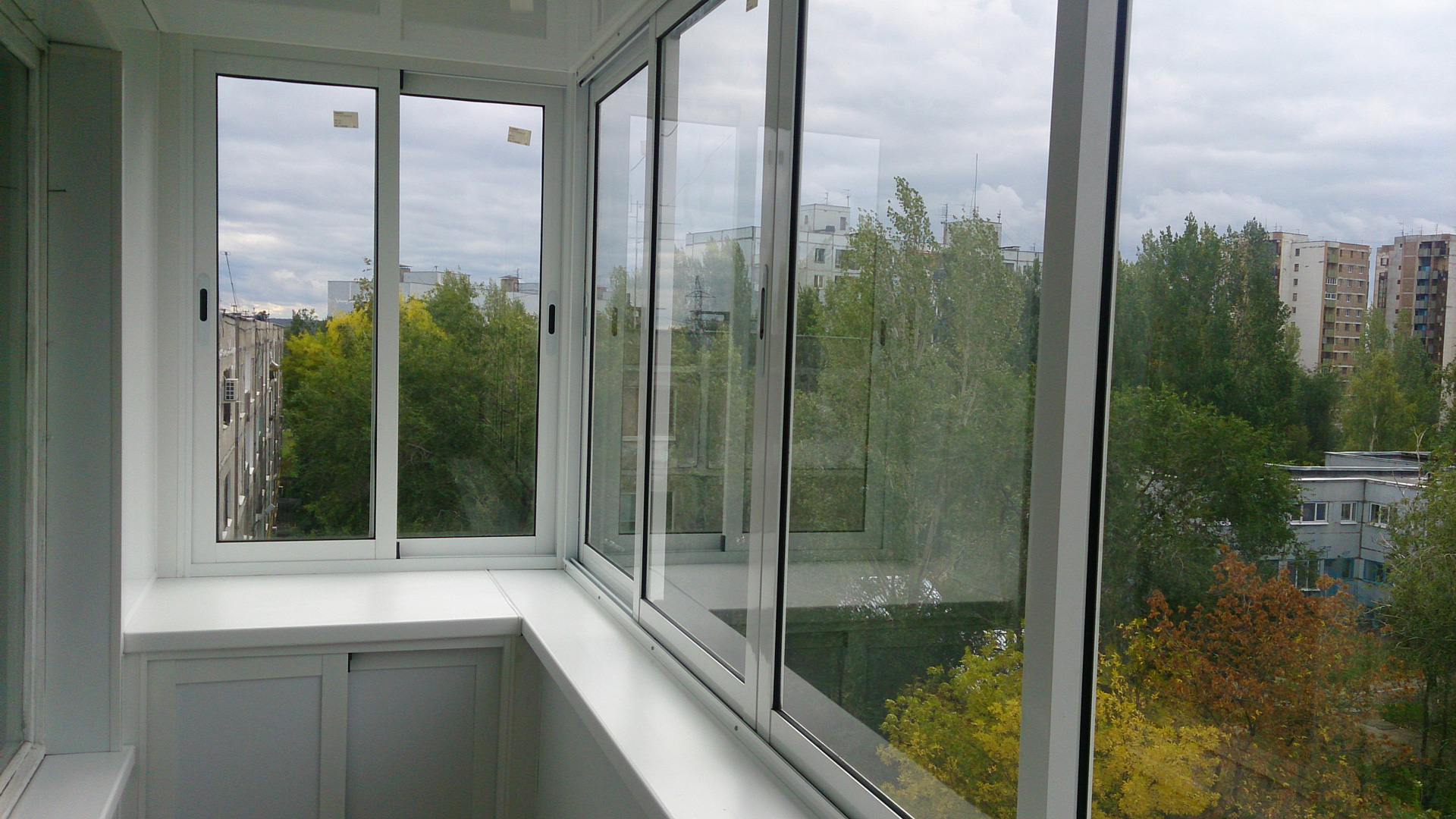 Застеклить балкон раздвижными окнами, остекление слайдорс.