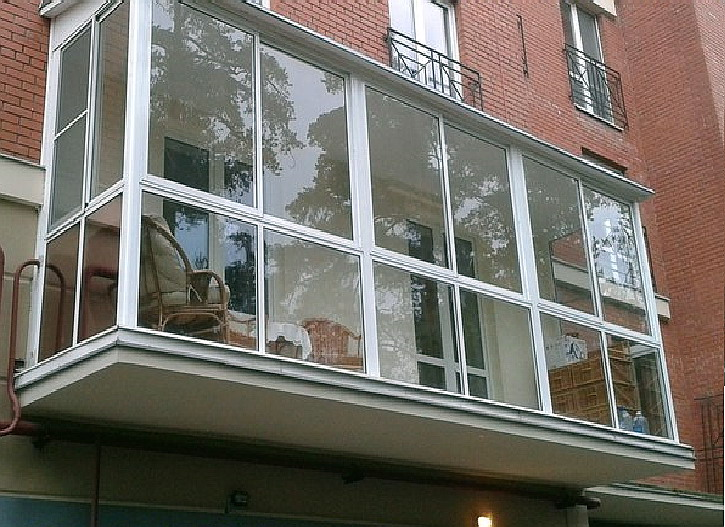 Cena vitražnih balkonov
